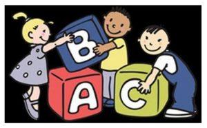 tre bambini giocano con dei dadi grandi come loro. Sulle facce dei dadi ci sono delle lettere maiuscole